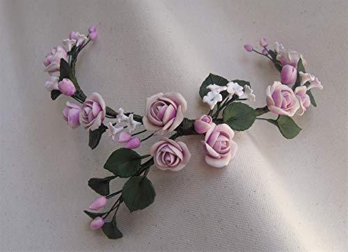 Tocado de Rosas rosadas, florecillas blancas y hojas verdes. Flores y