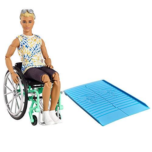 Barbie GWX93 - Ken Puppe mit Rollstuhl und Rampe, bekleidet mit einem Batik-Shirt, schwarzen Shorts, weißen Sneakern und Sonnenbrille, Spielzeug für Kinder von 3 bis 8 Jahren