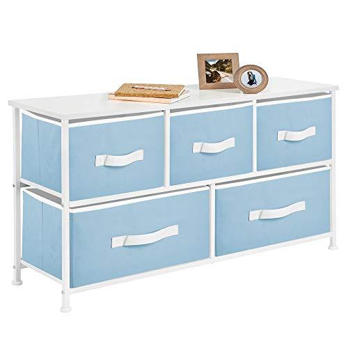 mDesign Cajonera de metal y tela con 5 cajones – Ancha cómoda para dormitorio, sala de estar o pasillo – Mueble organizador para ropa con balda de madera MDF – azul claro/blanco