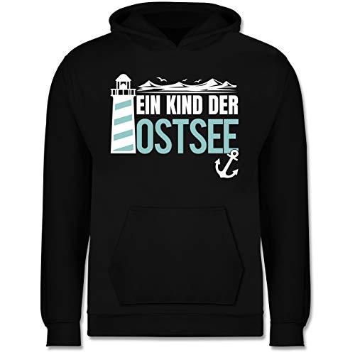 Sprüche Kind - EIN Kind der Ostsee blau/weiß - 104 (3/4 Jahre) - Schwarz - Spruch - JH001K JH001J Just Hoods Kids Hoodie - Kinder Hoodie