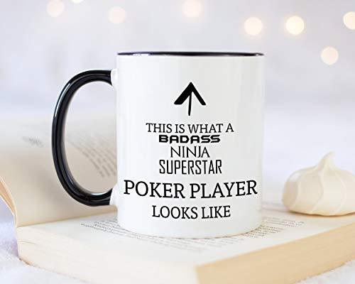 Dies ist, was EIN Badass Pokerspieler aussieht wie 11 Unzen Kaffeetasse Tee Geschenkidee für Casino Kartenspiel Spieler Spieler Glücksspiel Enthusiasten
