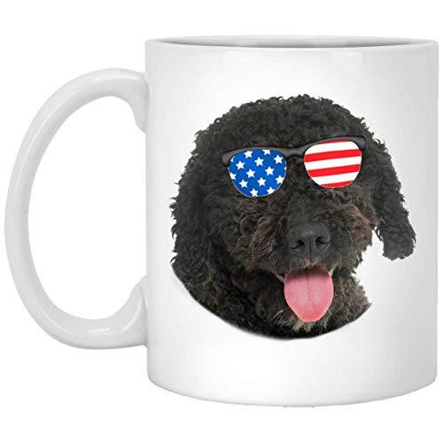 N\A Divertido Perro de Agua español marrón Oscuro con Gafas de Sol con Bandera Americana, Taza de café Blanca de 11 oz