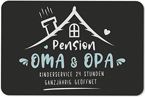 Tassenbrennerei Fußmatte mit Spruch Pension Oma & Opa Kinderservice 24 Stunden Ganzjährig geöffnet - Geschenk Türmatte lustig für innen & außen, waschbar - Deutsche Qualität (Oma & Opa)