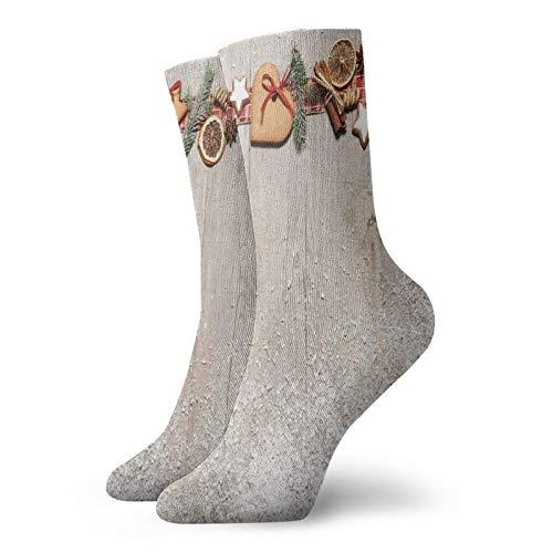 Calzini morbidi a metà polpaccio a tema natalizio con rami di abete, spezie e biscotti su tavola di legno, calze da donna e da uomo, ideali per correre