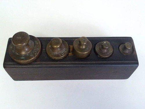 Ein Satz von 5 Messinggewichten im Holzblock