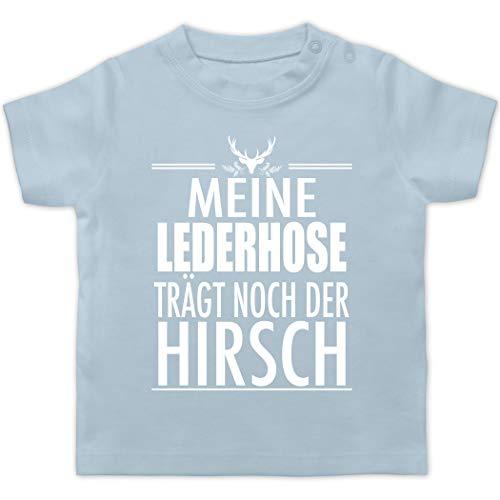 Oktoberfest & Wiesn Baby - Meine Lederhose trägt noch der Hirsch - weiß - 6/12 Monate - Babyblau - Lederhose Baby - BZ02 - Baby T-Shirt Kurzarm