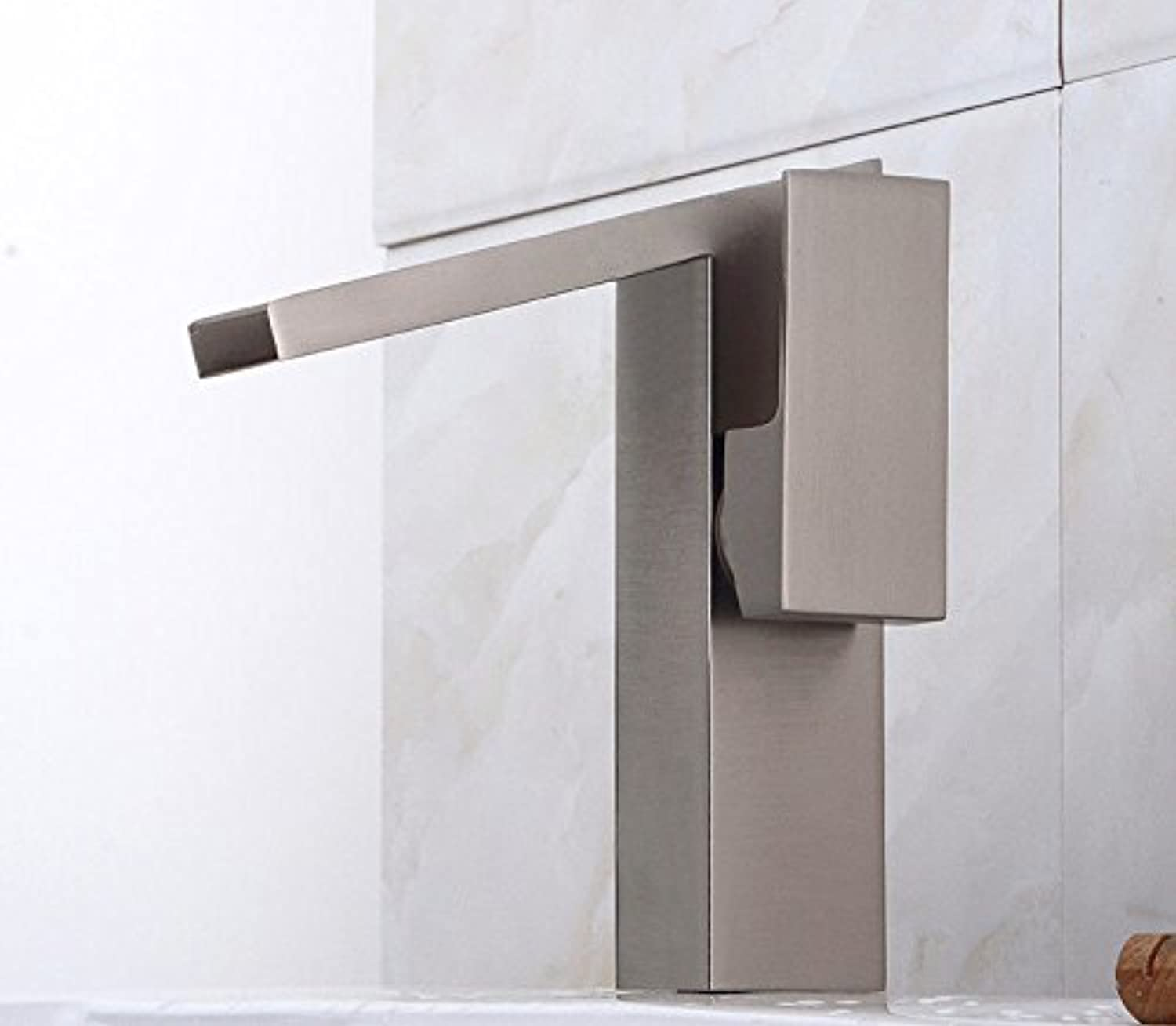 AQMMi Bathroom Sink Mixer Tap Brushed Brass Hot and Cold Water 1 Hole Single Lever Taps for Bathroom Sink