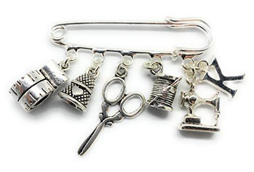Broche de estrella de costura personalizado con máquina de coser tijeras, dedal cinta métrica y colgantes iniciales. El broche y los dijes son chapados en plata y de la más alta calidad.