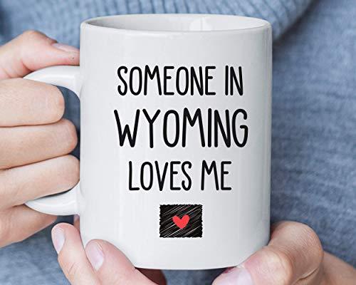 Taza de café con texto en inglés 'Someone in Wyoming Loves Me', regalo de larga distancia, relación novio o mudanza, regalo de amistad