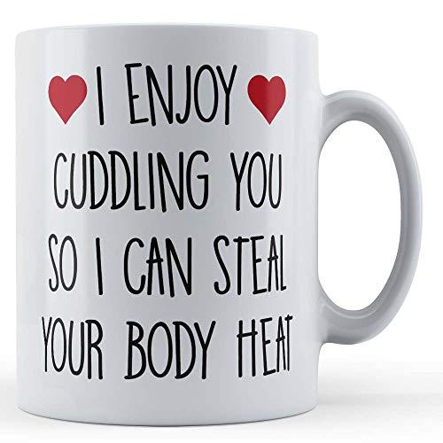 Grappige mok vriendin, vriendin, Valentijnsdag, ik geniet van knuffelen je zodat ik je lichaamswarmte kan stelen - cadeaumok van Vader Fox
