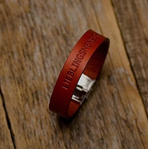 Rotes Lederarmband, pflanzlich gefärbt, eingravierte Phrase: LIEBLINGSMENSCH mittlere Größe: Handgelenke mit 16.5-18 cm Umfang