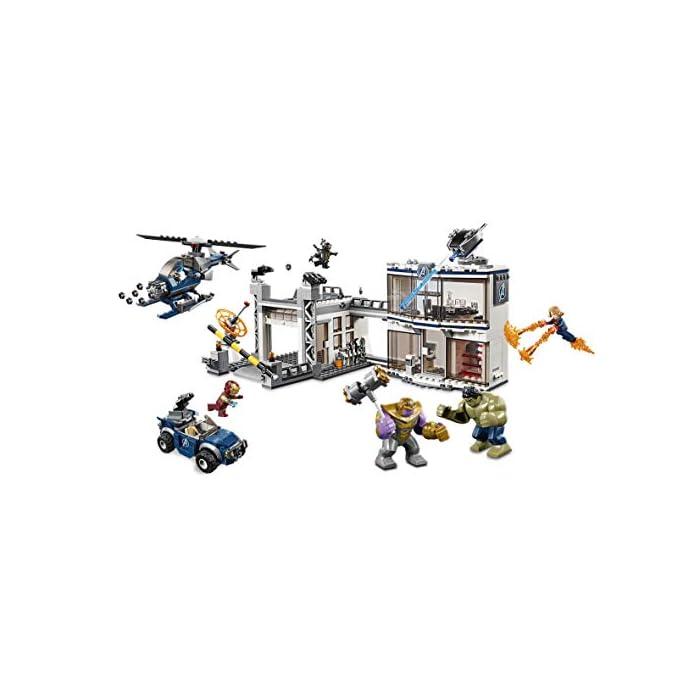 """41OWnAgSGhL Este set de superhéroes para construir incluye 4 minifiguras del universo Marvel: Iron Man, Capitana Marvel, Nébula y un Outrider de 4 brazos; incluye también grandes figuras articuladas de Hulk y Thanos, así como una microfigura de Ant-Man. Este juguete de construcción representa el complejo de los Vengadores, equipado con un edificio de oficinas de 2 plantas, helipuerto y garaje, e incluye un helicóptero y un todoterreno para dar cabida al juego creativo. El edificio de oficinas cuenta con: 2 elementos con el logotipo de los Vengadores en la pared exterior; un cañón automático giratorio que se puede inclinar en la azotea; planta inferior con entrada, ordenador giratorio para construir y caja fuerte con """"rayo láser""""; y planta superior con sala de reuniones, mesa con compartimento secreto, puerta giratoria que conduce al helipuerto y diferentes accesorios (entre ellos 3 sillas, 2 armas, 3 copas y una taza)."""