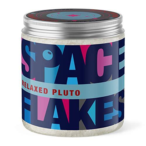 SPACE FLAKES® Relaxed Pluto Body Scrub Peeling Meersalz Bio-Jojobaöl Sandelholz Duft 600g für Körper Fuß ohne Mikroplastik in nachhaltiger rPET Dose