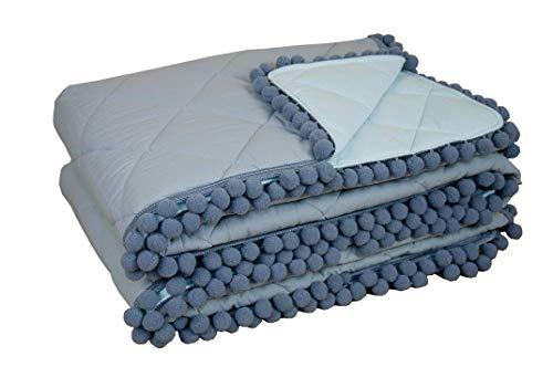 youngDECO beidseitige Tagesdecke mit Pompons 140x200 für Kinderbett, Baumwolle, zart Minze und Pastel grau, tolle Kinderzimmer-Deko für Mädchen & Junge, hergestellt in der EU