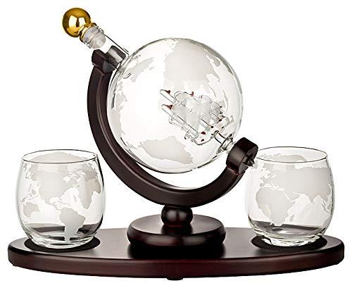 gouveo 1.000 ml Whiskykaraffe als Globus mit Segelschiff - Im Set mit Zwei Whisky Gläsern mit Gravur - Geschenkset für Weihnachten
