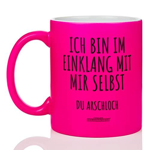 Fräulein Heiligenscheiss® Ich bin im Einklang mit Mir selbst du Arschloch - Tasse mit Spruch - leuchtende Farbe lustig - beidseitiger Druck - 330 ml (Neon Pink)