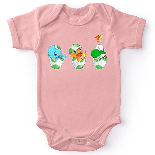 Body bébé manches courtes Filles Rose parodie Yoshi - Pokémon - Bébé Yoshi face à Salamèche et Carapuce - Bizarre ces deux là !!(Body bébé de qualité supérieure de taille 6 mois - imprimé en France)