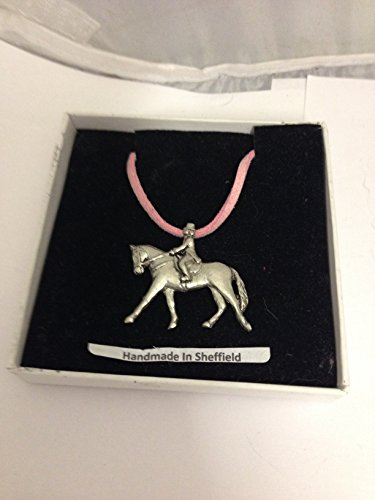 Doma E03 Caballo y Ecuestre Inglés Peltre en un collar de cordón rosa hecho a mano 41 cm