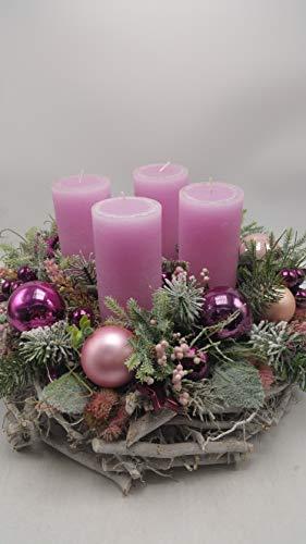 Weihnachtsgesteck Weihnachtskranz Adventskranz Kerzen Kugeln Beeren Sedum lila