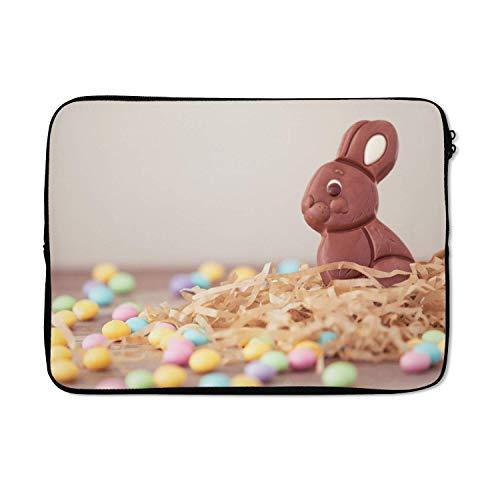Laptophoes 13 inch 34x24 cm - Pasen - Macbook & Laptop sleeve Een konijn van chocolade met kleine eitjes tijdens Pasen - Laptop hoes met foto