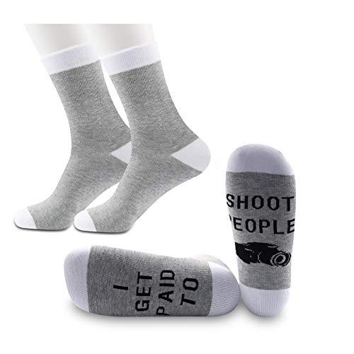 """PYOUL 2 pares de calcetines de fotografía divertidos con texto en inglés """"I Get Paid to Shoot People"""""""