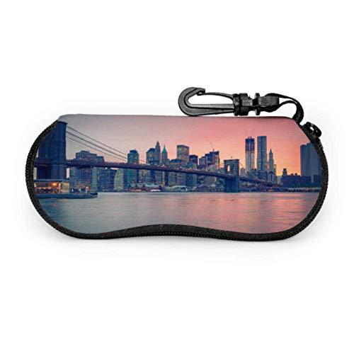 sherry-shop Estuche de gafas con mosquetón Brooklyn Bridge Dusk Ciudad de Nueva York Gafas de sol con cremallera de neopreno ultraligero portátil Estuche blando - Se adapta a la mayoría de las gafas