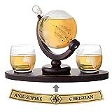AMAVEL Whisky Set Decantador Globo Terráqueo con Dos Vasos de Whisky de diseño y Tabla en Forma de Bandeja Personalizada con Nombres Cierre hermético 850 ml