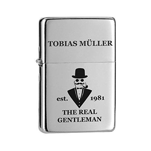 polar-effekt Chrom-Optik Sturmfeuerzeug mit Gravur - Personalisierte Benzin-Feuerzeug mit Geschenkbox - Geschenk für Männer, Papa oder Freuend - Motiv a Gentleman