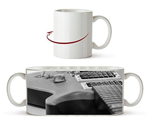 Nahaufnahme einer Gitarre Effekt: Schwarz/Weiß als Motivetasse 300ml, aus Keramik weiß, wunderbar als Geschenkidee oder ihre neue Lieblingstasse.