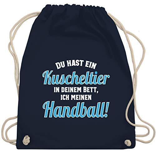 Shirtracer Handball WM 2021 Kinder - Du hast dein Kuscheltier im Bett, ich meinen Handball! - Unisize - Navy Blau - turnbeutel handball - WM110 - Turnbeutel und Stoffbeutel aus Baumwolle