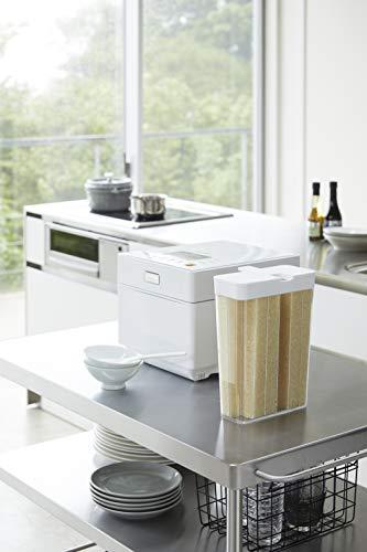 こちらの米びつは、お水やお茶を入れるピッチャーに形が似ていますね。ドアポケットにすっぽり入るよう、計算されたデザインが特徴。冷蔵庫はお米の保存場所としておすすめです!