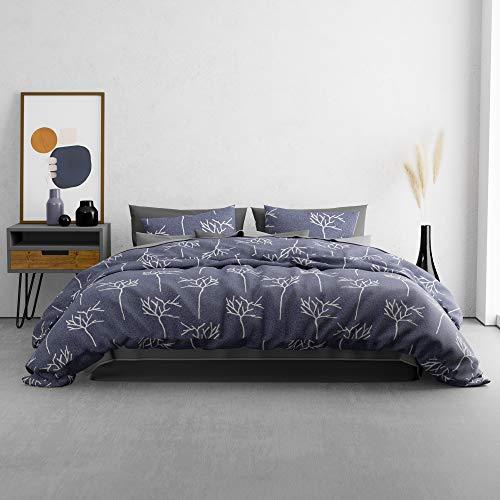 KØZY LIVING Traumwelt Bettwäsche-Set – 1 Deckenbezug 135 x 200 cm mit 1 Kissenbezug 80x80 cm – hochwertige, atmungsaktive Ganzjahresbettwäsche Baumwolle mit Reißverschluss – Violett-blau Baum
