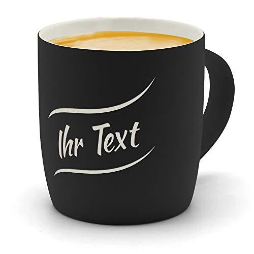 printplanet - Kaffeebecher mit eigenem Text graviert - SoftTouch Tasse mit Wunschtext - Matt-gummierte Oberfläche - Farbe Schwarz - Motiv: Textwelle 1. Zeilig