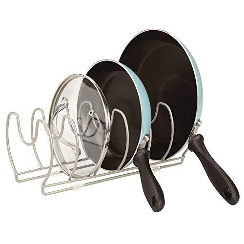 mDesign Soporte para sartenes, ollas y tapas – Organizador de tapas de ollas compacto para el armario de la cocina – Colgador de sartenes de metal para ahorrar espacio – plateado mate