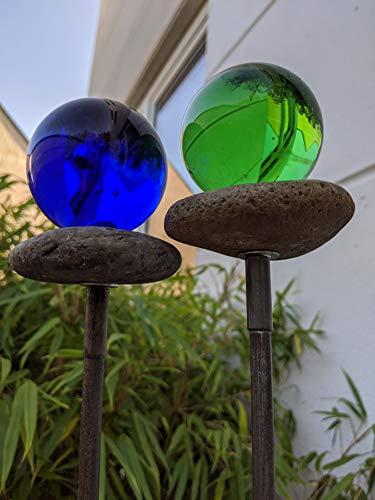 Zen Man Edelrost Gartenstecker mit Glaskugel 6cm Gartendeko Stein Figuren Handarbeit Beetstecker H108cm (030798 Grün)