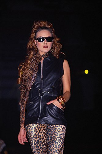 548071 Lange mouwloze zwarte leren jas luipaard huid leggings A4 Photo Poster Print 10x8