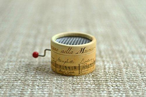 Piccolo carillon manovella decorato con un pentagramma antico e con la melodia La Vie en Rose.