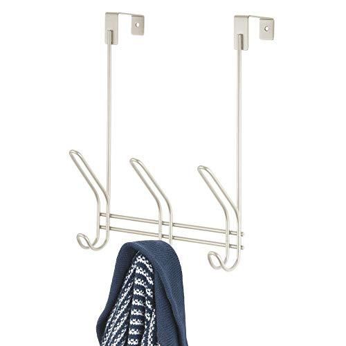 mDesign Colgador de ropa de metal para puerta – Práctico perchero de ropa con 3 ganchos dobles para chaquetas, sombreros, etc. – Perchero de puerta para pasillo o dormitorio – plateado mate
