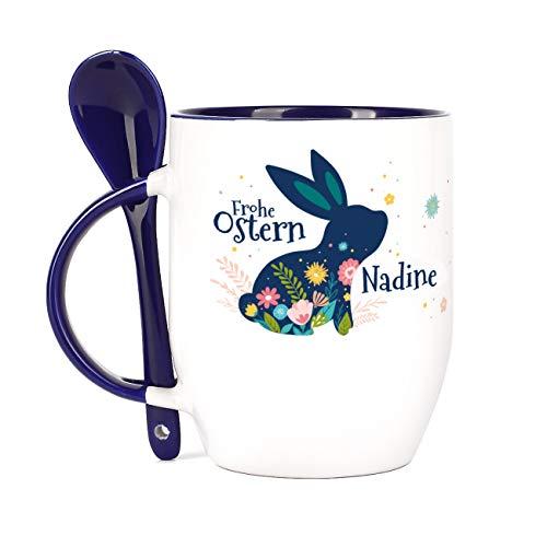 Herz & Heim® Ostergeschenk Löffel-Tasse mit Wunschname Osterhase blau