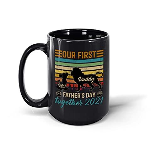 Taza de té de cerámica personalizada con el texto 'Our First Father's Day Together', diseño de león vintage para papá e hijo, color negro, 15 onzas
