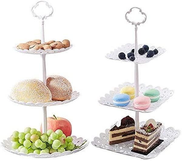 """3个小的纸杯蛋糕,用糖果蛋糕,把纸杯蛋糕卖给了,把他们的小女孩带在床上,比如,""""红袜""""的烛光晚餐"""