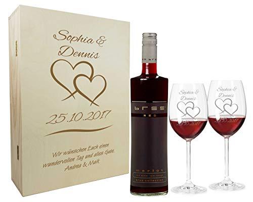Rotwein Geschenkset mit Namen graviert - personalisierte Weingläser mit Flasche - Holzkiste mit individueller Wunsch-Gravur als Geschenk für Paare zur Hochzeit (Zwei Herzen)