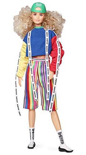 Barbie GHT92 BMR1959 Streetwear Signature beweegbare pop met blonde krullen, sweatshirt in blokkleuren, incl. accessoires en poppenstandaard
