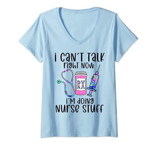 Mujer No puedo hablar ahora mismo estoy haciendo cosas de enfermera enfermería divertida Camiseta Cuello V