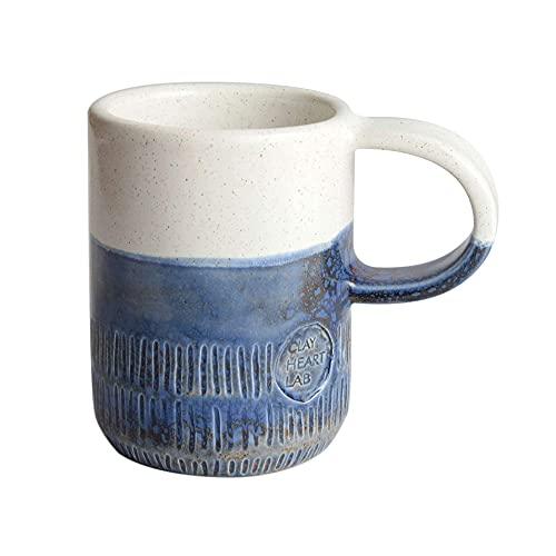 Taza rústica grabada a mano, Cerámica artesanal hecha en Italia, Taza bicolor con mango y textura rayada - 250ml (Blanco - Azul)