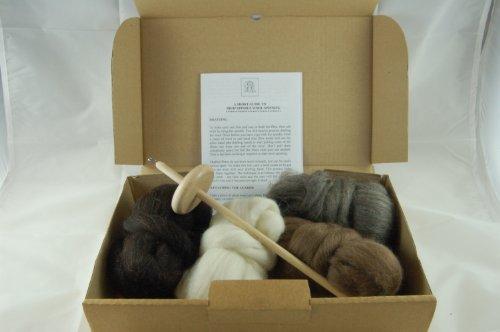 The Wool Barn Wollspinnerei-Set, inklusive Handspindel, Anleitung (eventuell nicht in deutscher Sprache) und 4 Farben finnisches Schafwolle-Vorgarn