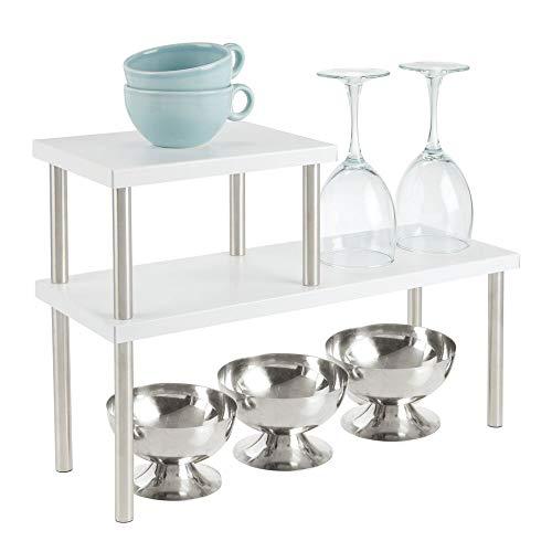 mDesign Küchenregal mit 2 Ablagen – schmales Tellerregal für Arbeitsplatten und in Schränken – zweistöckige Geschirrablage aus Metall und Edelstahl für die Küche – mattweiß und mattsilberfarben