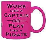 vanVerden Taza de neón con texto en alemán 'Work like a captain play like a pirate impresa por ambos lados, color rosa...