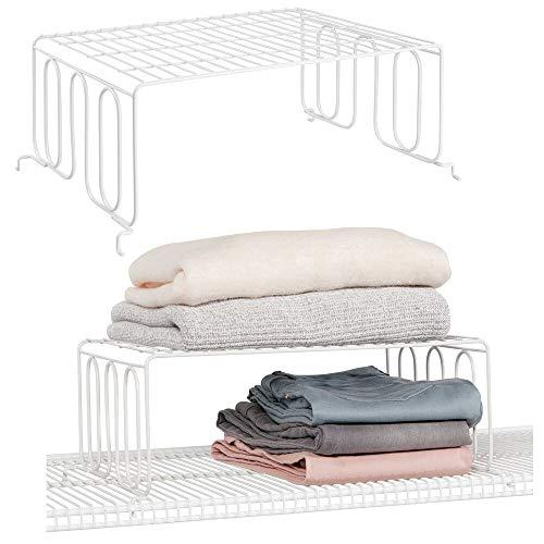 mDesign Juego de 2 divisores de estanterías con balda – Prácticos organizadores de armarios para estantes de rejilla – Separadores metálicos para el armario del dormitorio, baño o cocina – blanco