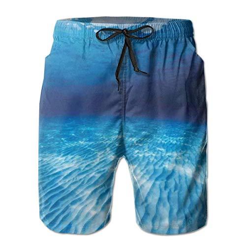 surce mannen zwemmen Trunks strand Shorts vogels vliegen en zitten op een boomtak tegen de rijzende zon afdrukken